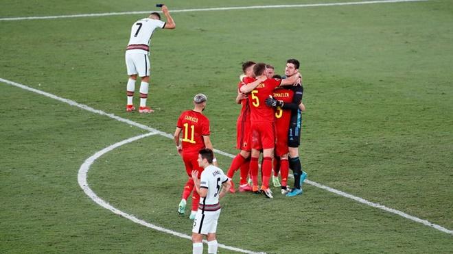 Bồ Đào Nha bị loại: Ronaldo ném băng thủ quân, Felix và Fernandes bị chỉ trích