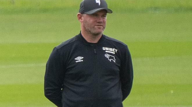 Rooney xin lỗi gia đình và CLB vì tiệc tùng thâu đêm với 3 cô gái