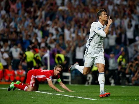 Ronaldo ăn mừng bàn thắng vào lưới Bayern Munich