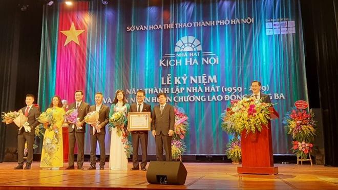 Nhà hát kịch Hà Nội nhận Huân chương lao động hạng ba trong 'sinh nhật' tuổi 60