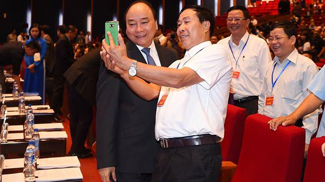 Thủ tướng Nguyễn Xuân Phúc vui vẻ 'selfie' với doanh nhân