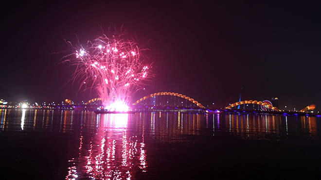 HÌNH ẢNH: Biển người xuống đường chào đón năm mới 2018