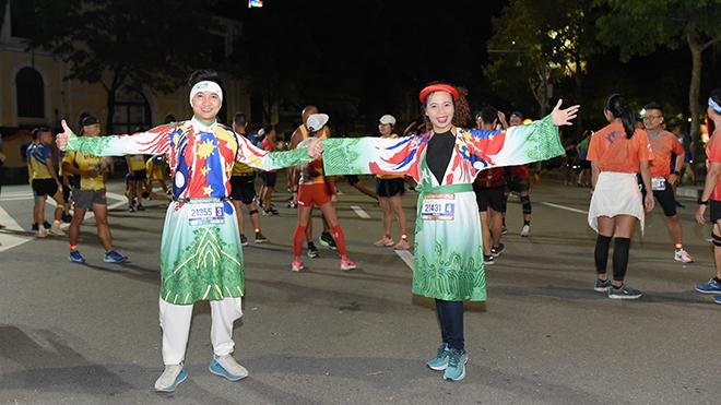 MC - BTV VTV Đỗ Huy Hoàng mặc áo dài chạy marathon