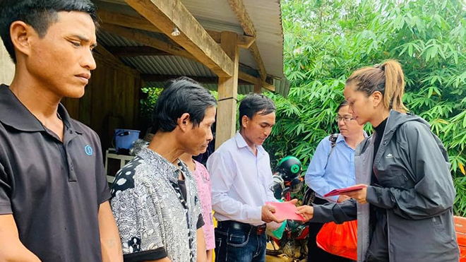 Hoa hậu H'Hen Niê thăm nạn nhân vụ sạt lở ở Nam Trà My