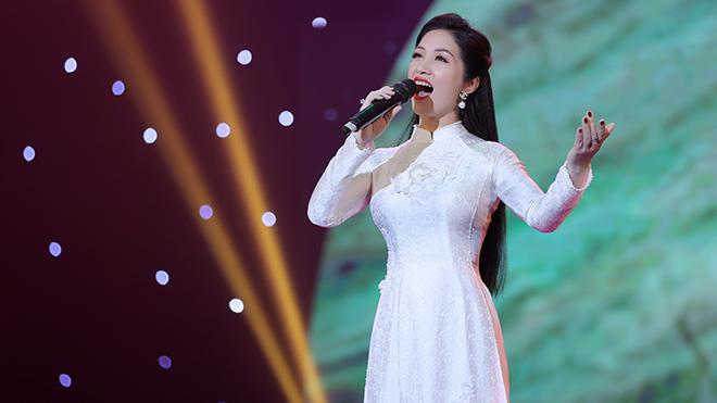 Sao Mai Phương Nga đẹp dịu dàng với trang phục áo dài trắng