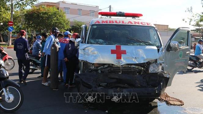 Xe cứu thương vượt đèn đỏ đâm ôtô bán tải, 3 người bị thương