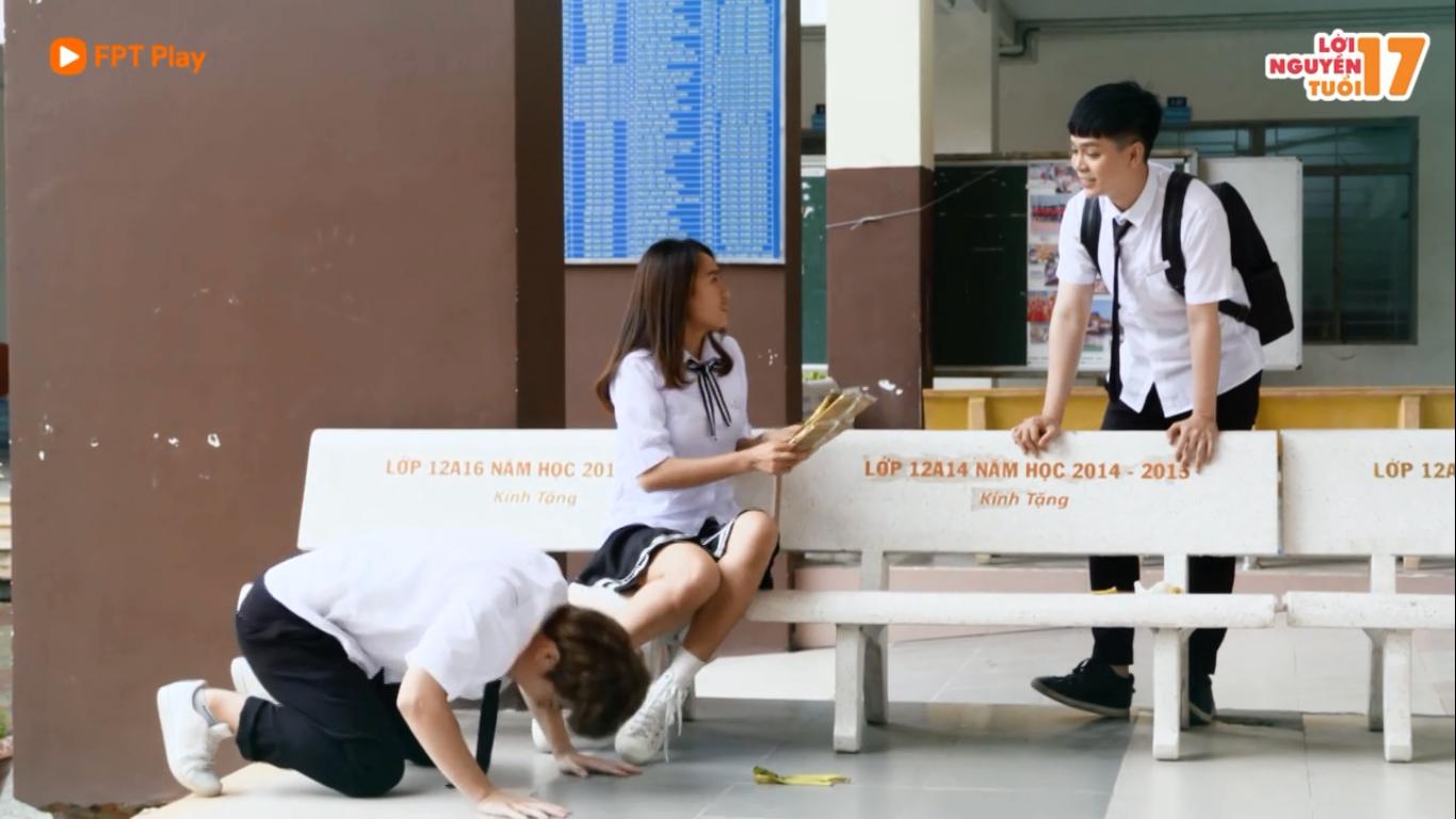 'Lời nguyền tuổi 17 - Bad Luck' tập 3: Thấy Minh 'lên cơn' quỳ lạy, chị Hoàng hoảng sợ cho thêm tiền chữa 'bệnh'