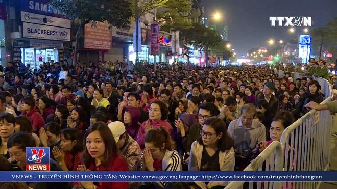 VIDEO: Hàng ngàn người xếp hàng cầu an tại chùa Phúc Khánh