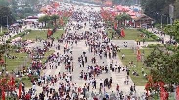 VIDEO: Đổ trộm rác thải nguy hại vào Khu di tích lịch sử Đền Hùng