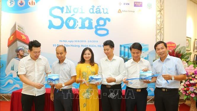 74 năm Quốc khánh: Ra mắt sách và khai mạc triển lãm ảnh 'Nơi đầu sóng'