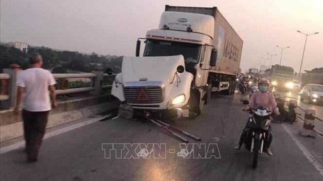 Xe container mất lái đâm hàng loạt xe máy trên cầu Thanh Trì, Hà Nội