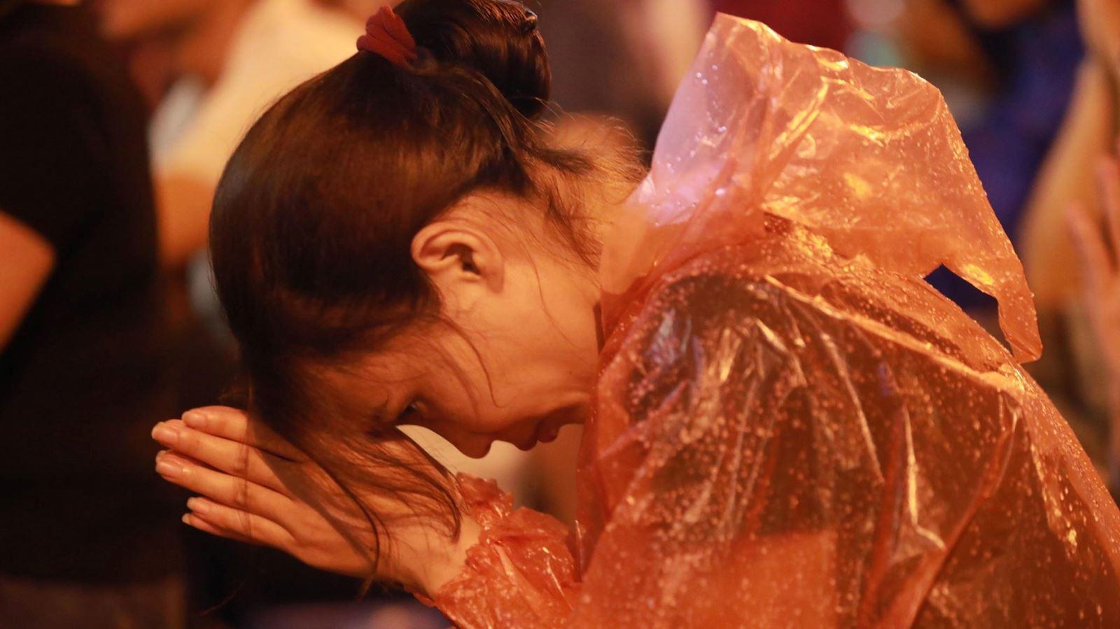 Chùm ảnh: Hàng nghìn người đội mưa dự lễ Vu Lan ở chùa Phúc Khánh