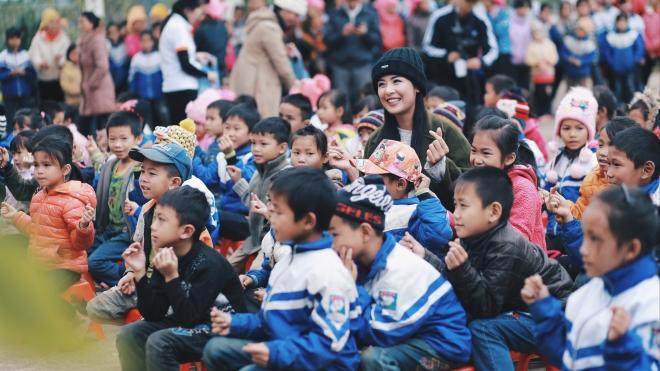 Ngọc Hân vui vẻ chơi đùa cùng trẻ em vùng cao