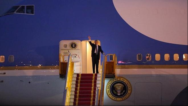 TRỰC TIẾP: Những hình ảnh đầu tiên của Tổng thống Donald Trump ở Hà Nội