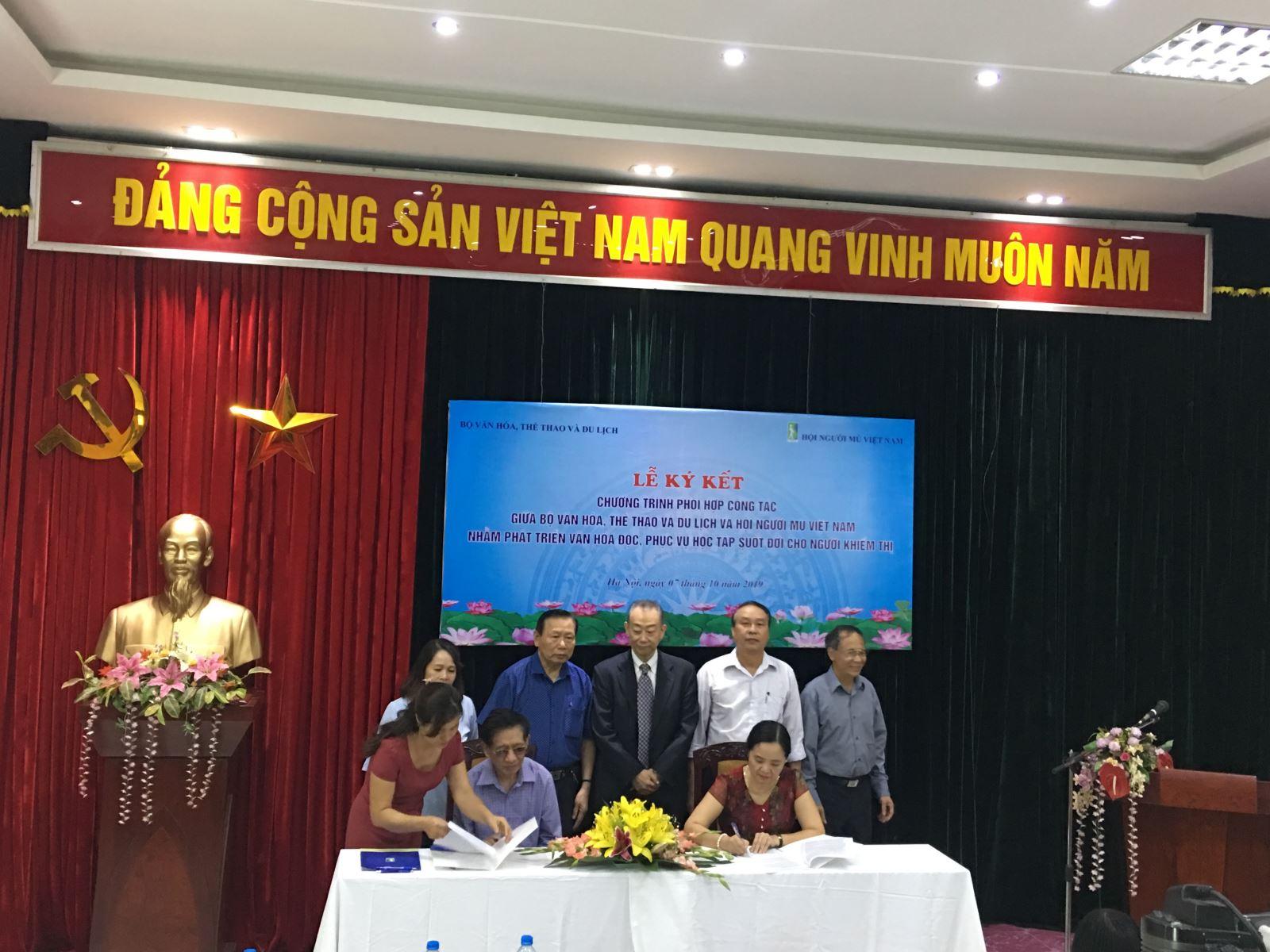 Vụ Thư viện và Hội Người mù Việt Nam ký kết Chương trình phối hợp công tác nhằm phát triển văn hoá đọc, phục vụ học tập suốt đời cho người khiếm thị