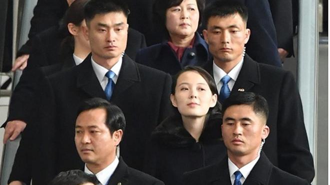 VIDEO: Em gái nhà lãnh đạo Kim Jong Un đáp chuyên cơ tới Hàn Quốc, vệ sĩ vây quanh
