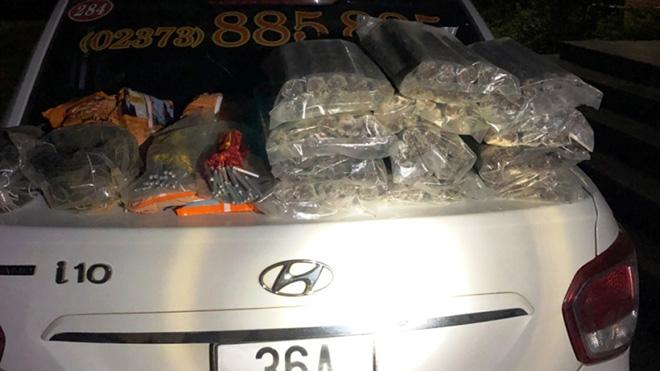 Sử dụng taxi chở 30kg thỏi thuốc nổ và kíp nổ