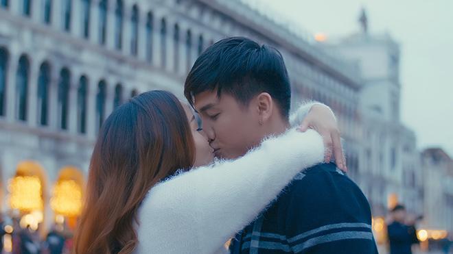 'Gái một con' Nguyễn Ngọc Anh 'khóa môi' Tô Minh Đức ngọt lịm tại Venice