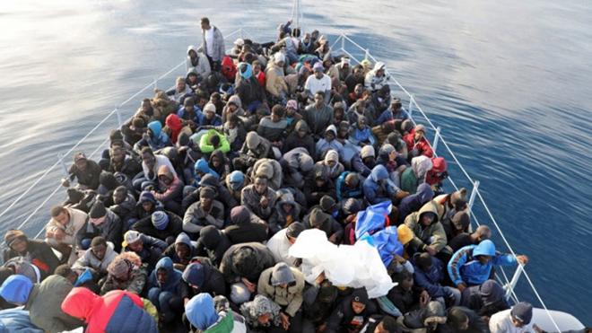 Giải cứu hơn 400 người di cư đang trôi dạt trên biển