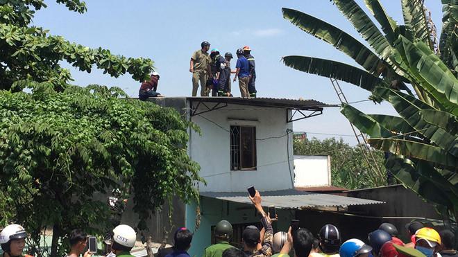 Thanh niên nghi ngáo đá cầm gạch đe dọa, cố thủ trên mái nhà