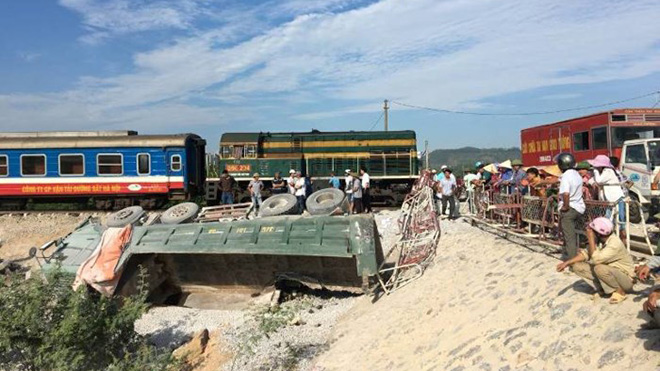Vụ lật tàu ở Thanh Hóa: Khởi tố bị can hai nhân viên gác chắn