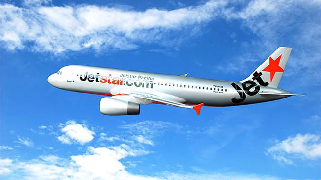 Một máy bay của Jetstar Pacific phải ở lại sân bay Đồng Hới nhiều giờ vì va vào chim