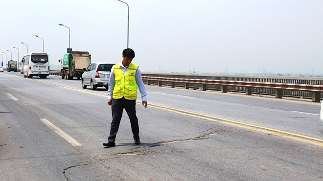 Mặt cầu Thăng Long bị hằn lún, rạn nứt, hư hỏng nghiêm trọng