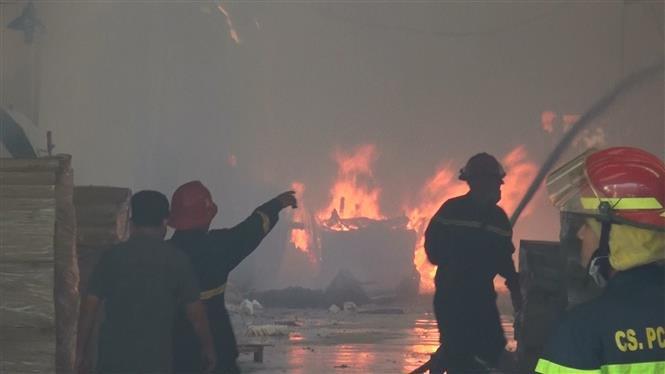 Hỏa hoạn thiêu rụi gần 3.000 m2 nhà xưởng tại công ty chuyên sản xuất đồ gỗ ở Bình Dương