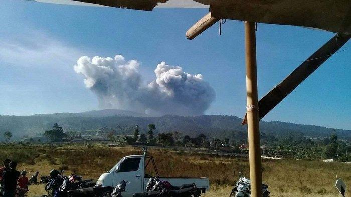 Núi lửa ở thành phố đông dân thứ 3 Indonesia thức giấc