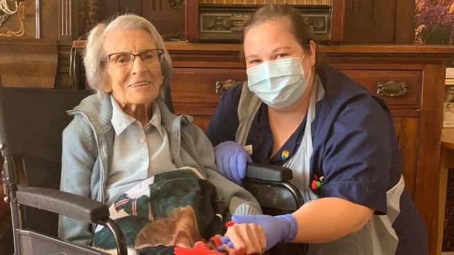 Bệnh nhân cao tuổi nhất nước Anh phục hồi sau khi mắc COVID-19