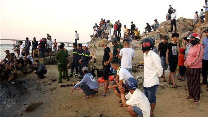 Ảnh & video: Người nhà các nạn nhân đau đớn, khóc ngất chờ tin người thân mất tích trên sông Thu Bồn