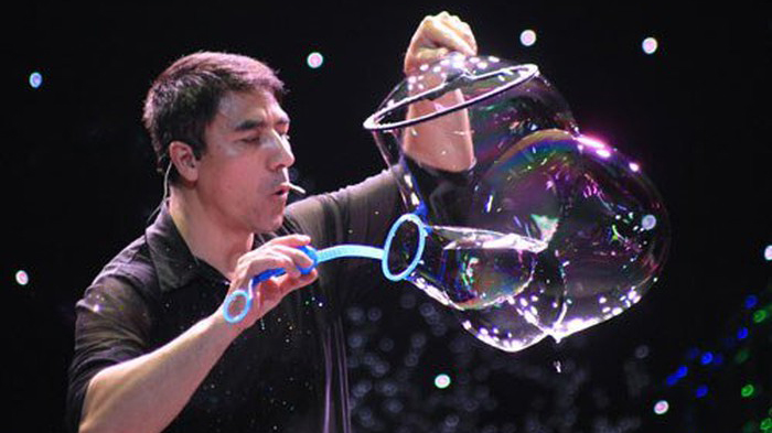 'Phù thùy bong bóng' Fan Yang biểu diễn liên tục 3 tháng tại Hà Nội