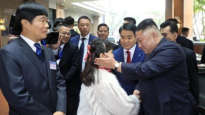 Em bé Hà Nội trong đoàn Việt Nam đón chào Chủ tịch Triều Tiên Kim Jong-un