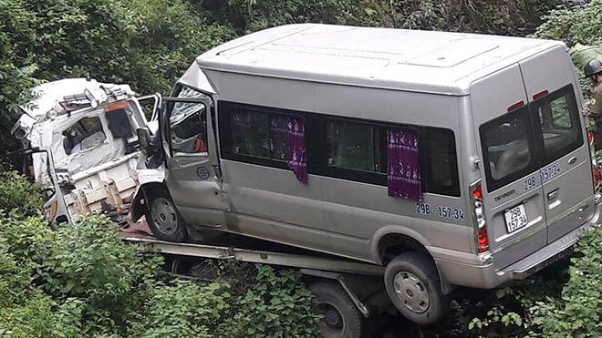 Hòa Bình: Xe cứu hộ mất lái lao xuống vực làm 2 người tử vong
