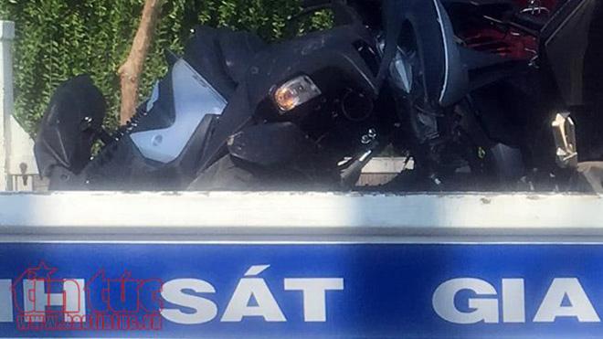 'Xế hộp' nổ lốp tông xe máy và xe ô tô 7 chỗ, 2 người nguy kịch
