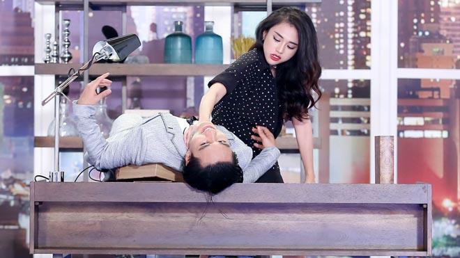 'The Face' tập 8 - Host Hữu Vi bị người đẹp… bóp cổ