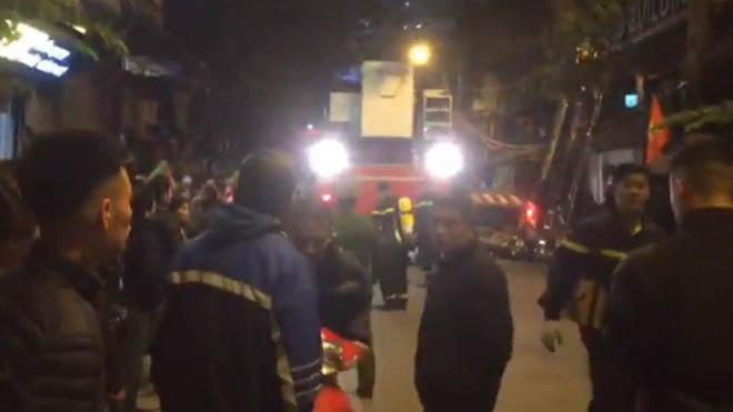 Cháy nhà hàng Bếp Mường ở Hà Nội, 17 người lao lên tầng thượng chờ giải cứu