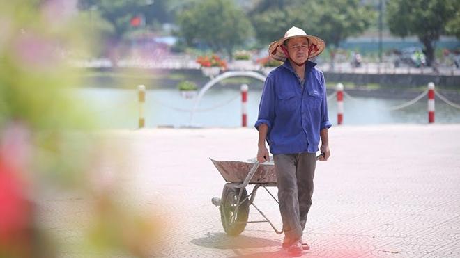 Công nhân 'phơi mình' dưới nắng 37 độ C, phố đi bộ Trịnh Công Sơn cận ngày khai trương