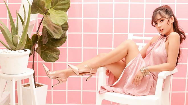Hoàng Yến Chibi hờ hững khoe vai trần, chân thon trong loạt ảnh mới