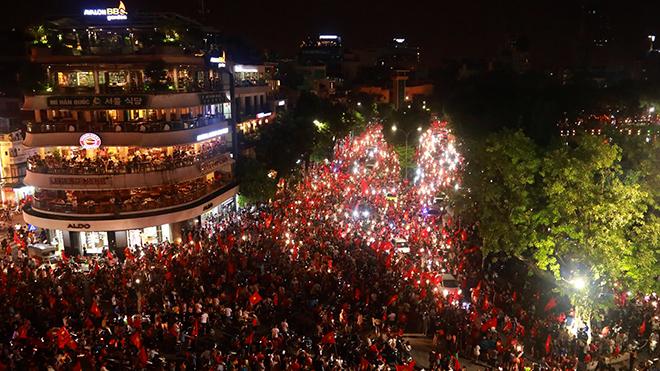 Hàng vạn người hâm mộ xuống đường ăn mừng chiến thắng lịch sử ASIAD 2018