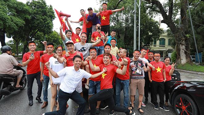 Trai xinh, gái đẹp diễu hành trước giờ G tiếp lửa cho U23 Việt Nam
