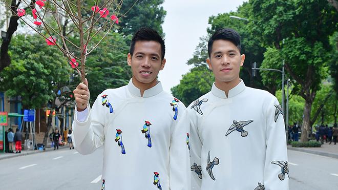 Đình Trọng, Văn Quyết xúng xính áo dài của NTK Đức Hùng trên phố đi bộ Hồ Gươm
