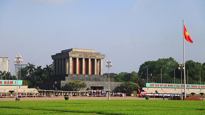 Kỷ niệm 129 năm Ngày sinh Chủ tịch Hồ Chí Minh: Hơn 10 nghìn lượt người vào Lăng viếng Bác