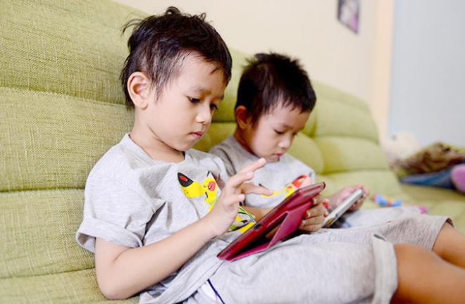 Trẻ em dùng điện thoại, Trẻ em dùng smartphone, Tác hại trẻ em dùng smartphone, Trẻ em dùng điện thoại tác hại thế nào, tác hại Trẻ em dùng smartphone