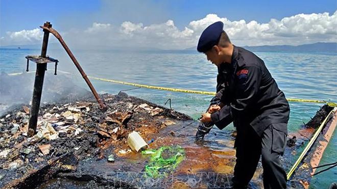 Indonesia huy động quân đội và cảnh sát tìm kiếm người mất tích trong vụ tàu khách bốc cháy ở ngoài khơi