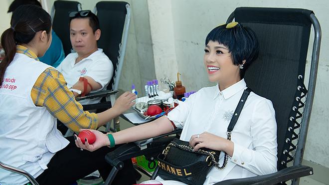Ngọc Khuê đưa học trò về trường cũ hiến máu nhân đạo