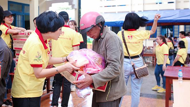 Ca sĩ Ngọc Khuê vượt hơn 1000km để đến với bà con dân tộc Hrê, Quảng Ngãi