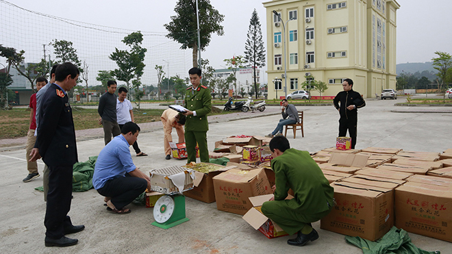Yên Bái: Bắt giữ vụ vận chuyển trái phép gần 1,1 tấn pháo nổ