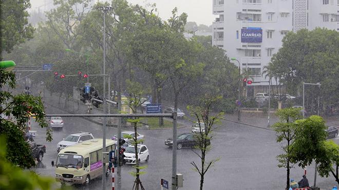 Cơn mưa ngang qua, Hà Nội hạ nhiệt sau trận nắng nóng kỷ lục