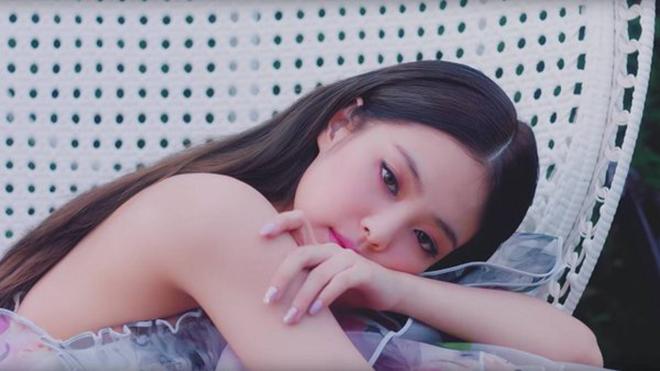 'Choáng' với số váy áo hàng hiệu tuyệt đẹp của Jennie Blackpink trong MV 'Solo'